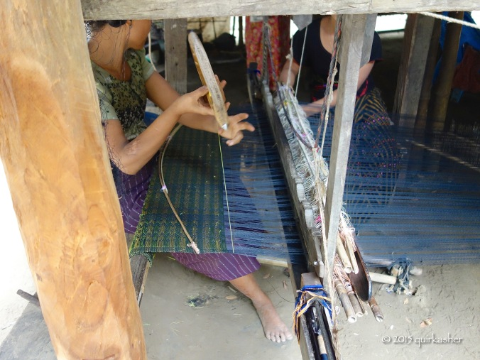 Weaving a longyi